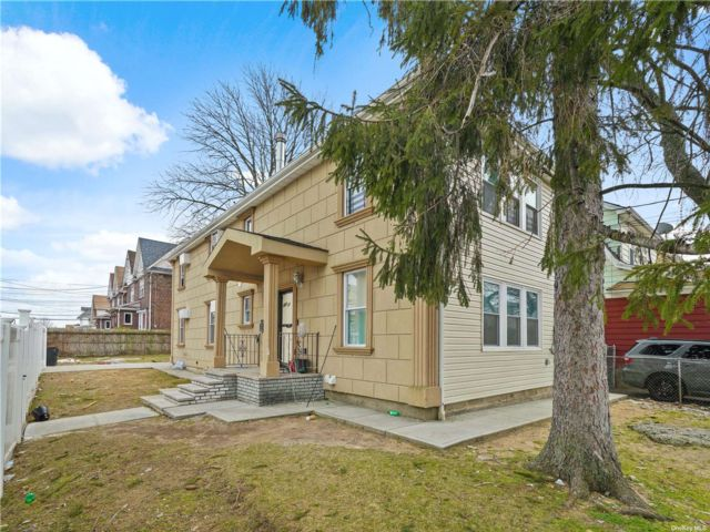 6 BR,  5.00 BTH Colonial style home in St. Albans