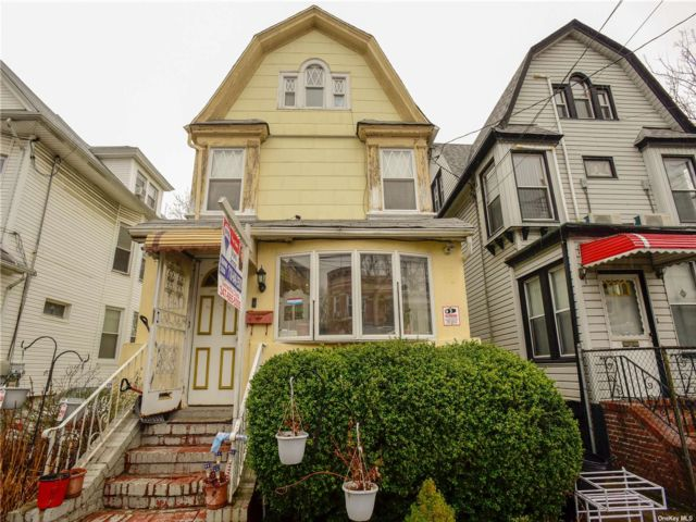 4 BR,  4.00 BTH Colonial style home in Woodhaven