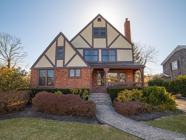 5 BR,  4.00 BTH Tudor style home in Brightwaters