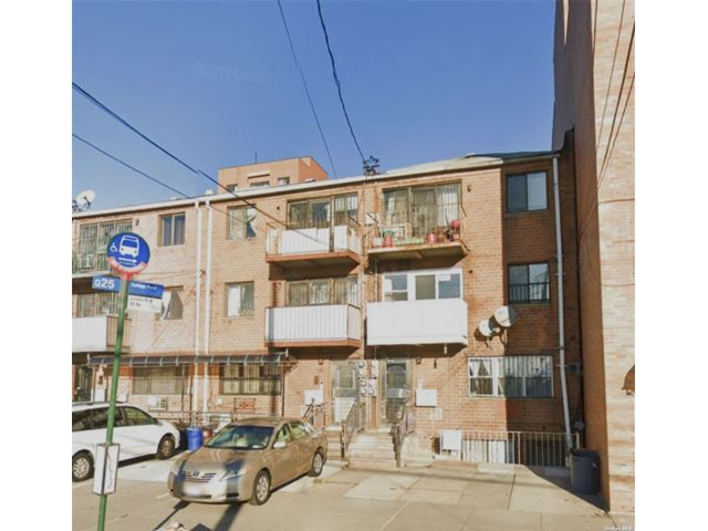 3 BR,  2.00 BTH Multi family style home in Flushing