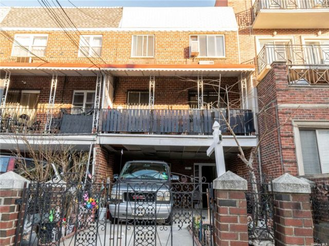 8 BR,  4.00 BTH  Townhouse style home in Long Island City