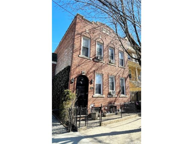 7 BR,  4.00 BTH 2 story style home in Astoria