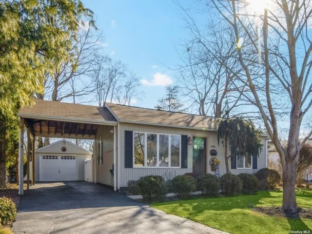 2 BR,  2.00 BTH Ranch style home in East Northport