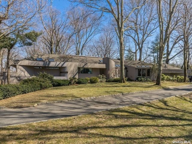 5 BR,  6.00 BTH Contemporary style home in Sands Point