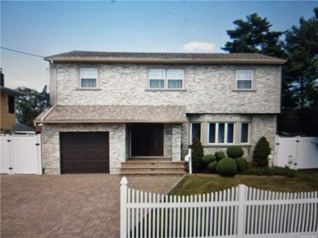 4 BR,  3.00 BTH Colonial style home in North Bellmore