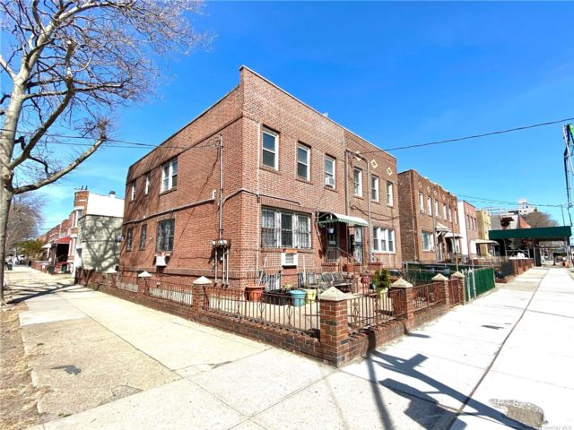 Lot <b>Size:</b> 25 x 101.5 Land style home in Astoria