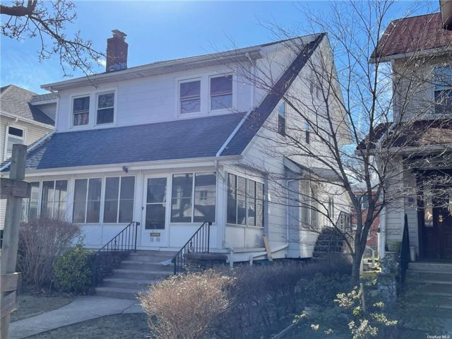 7 BR,  4.00 BTH Colonial style home in Bayside