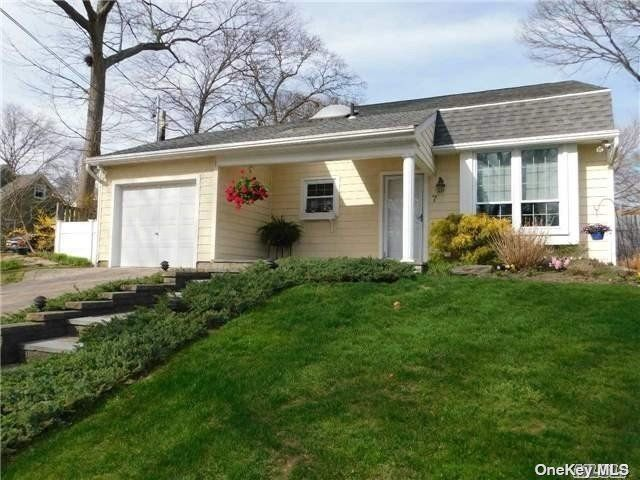 4 BR,  2.00 BTH  Split level style home in Lake Ronkonkoma