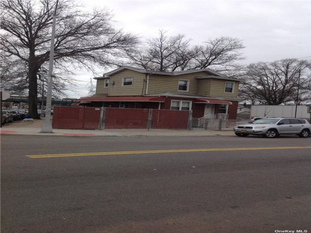 2 BR,  4.00 BTH Store+dwell style home in Ozone Park