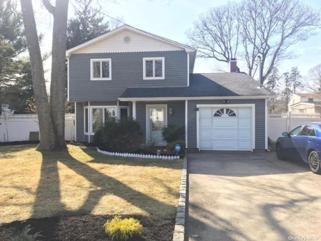 3 BR,  2.00 BTH Colonial style home in Centereach