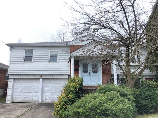4 BR,  3.00 BTH Hi ranch style home in Little Neck