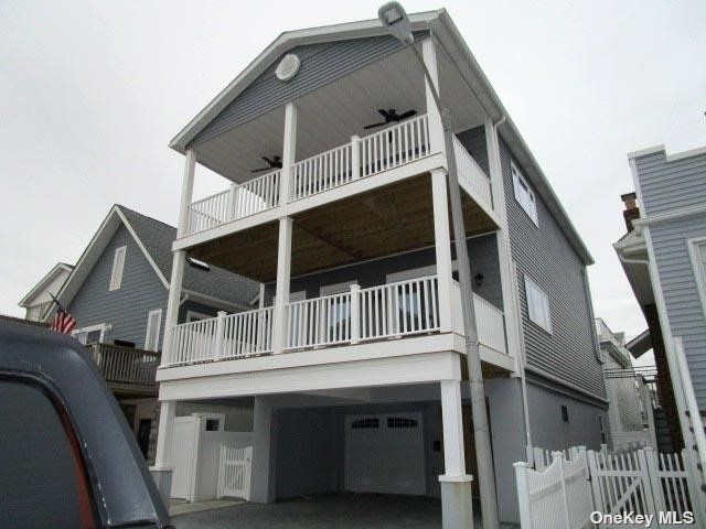 3 BR,  3.00 BTH 2 story style home in Long Beach