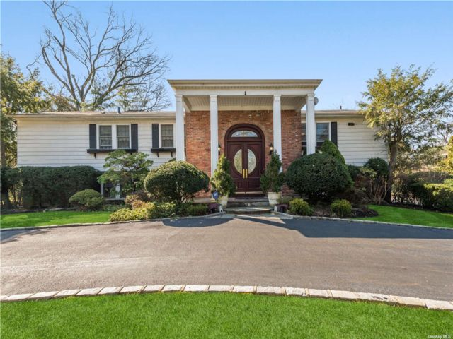 6 BR,  4.00 BTH Colonial style home in Manhasset