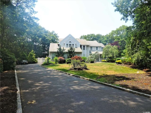 6 BR,  5.00 BTH Colonial style home in Medford