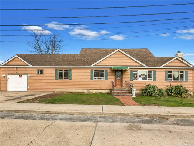 5 BR,  3.00 BTH Exp cape style home in Island Park