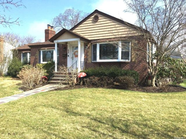 2 BR,  4.00 BTH  Farm ranch style home in Massapequa