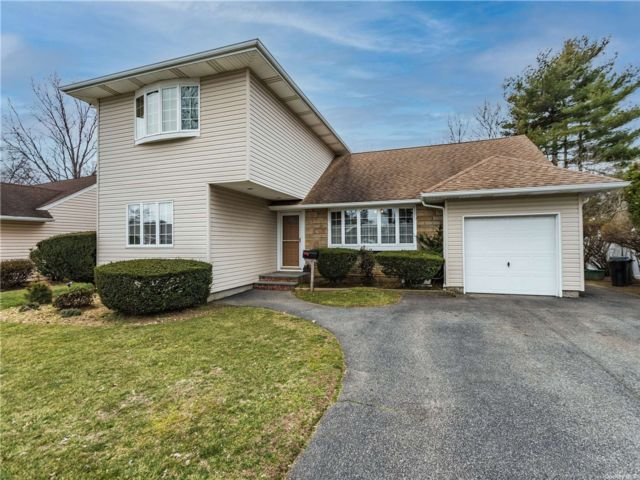 5 BR,  4.00 BTH Raised ranch style home in Wantagh