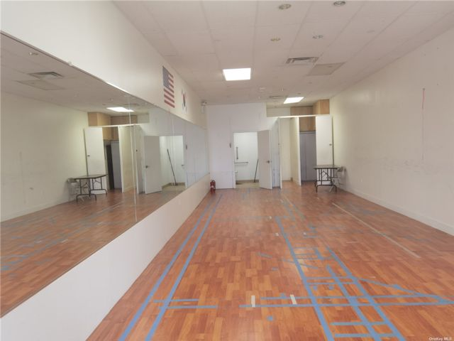 Studio,  0.00 BTH Commercial style home in Great Neck