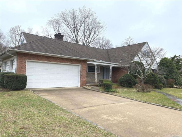 5 BR,  3.00 BTH Exp ranch style home in Great Neck