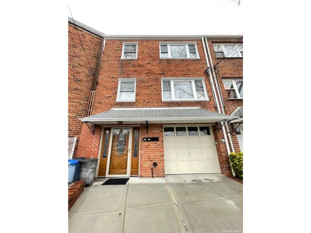 6 BR,  3.00 BTH Townhouse style home in Woodhaven