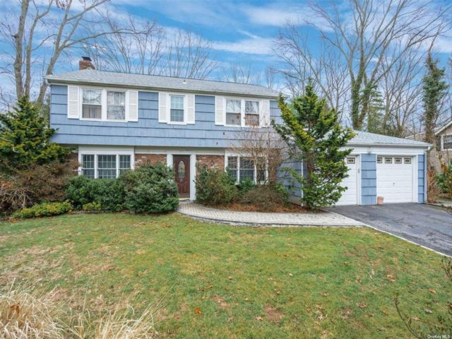 5 BR,  3.00 BTH Colonial style home in Stony Brook