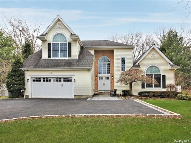6 BR,  5.00 BTH Post modern style home in Dix Hills