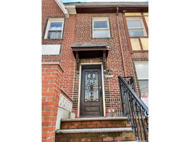 3 BR,  1.00 BTH  Apt in house style home in Rego Park