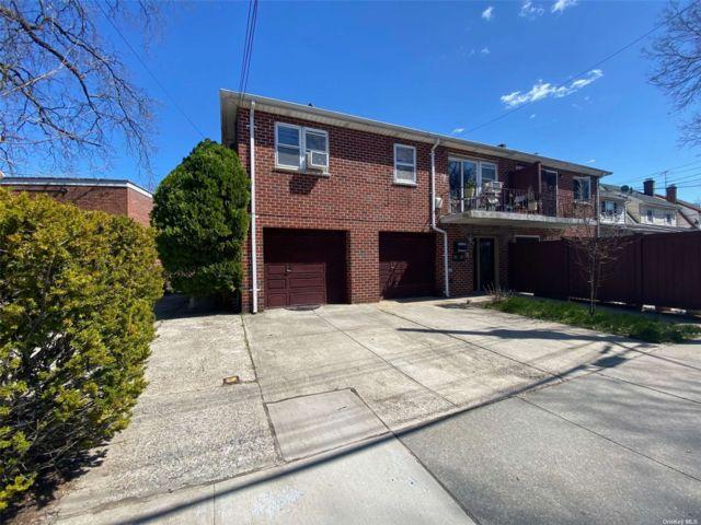 5 BR,  3.00 BTH Duplex style home in Bellerose