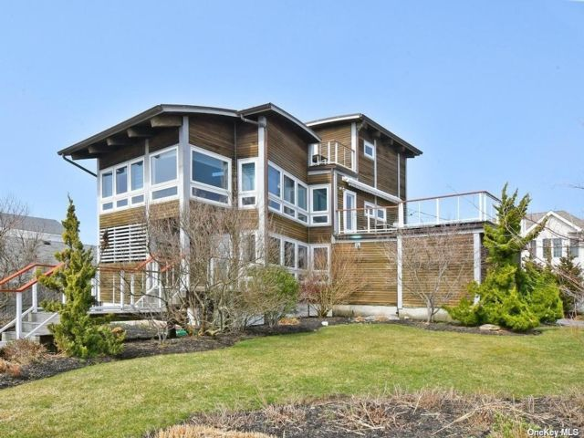 4 BR,  3.00 BTH Contemporary style home in Lindenhurst