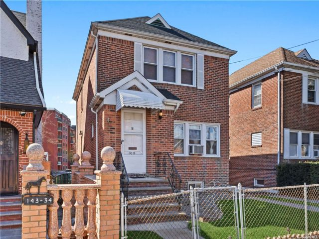 2 BR,  2.00 BTH Colonial style home in Briarwood