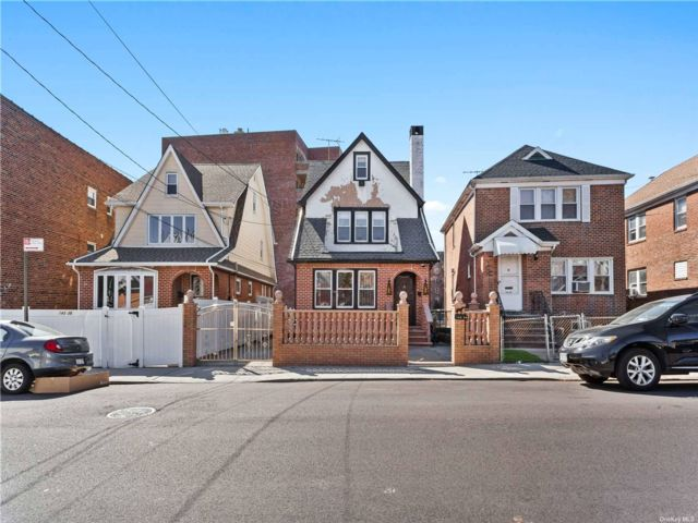 5 BR,  3.00 BTH Colonial style home in Briarwood