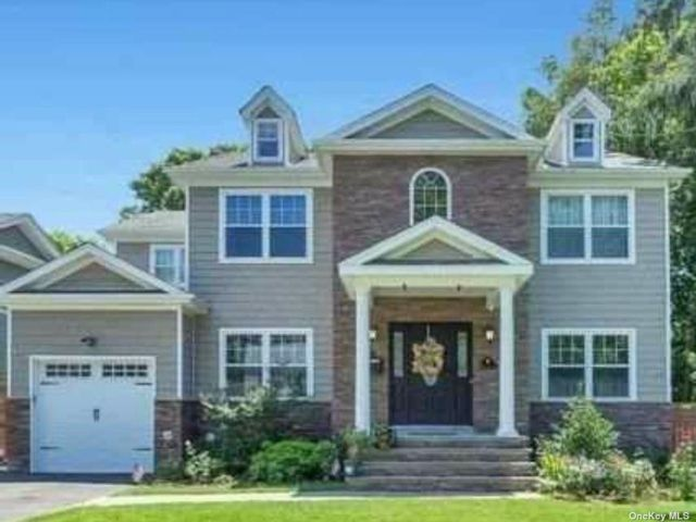 6 BR,  4.00 BTH Colonial style home in Syosset