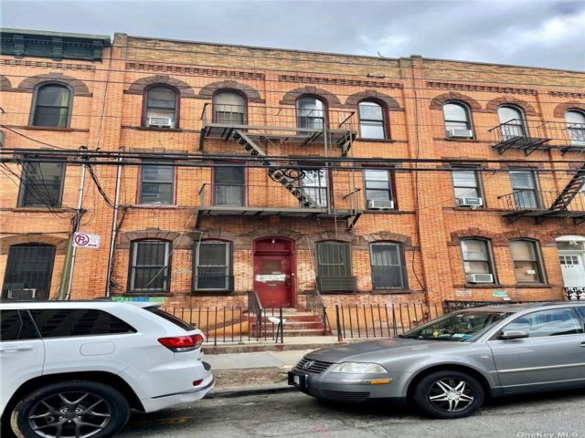 12 BR,  6.00 BTH  Townhouse style home in Bushwick