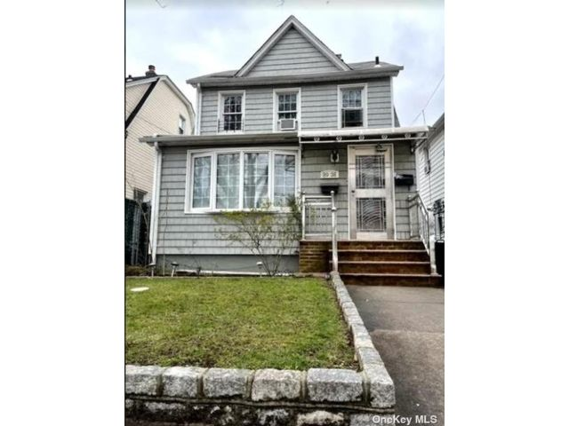 2 BR,  3.00 BTH Colonial style home in Bellerose