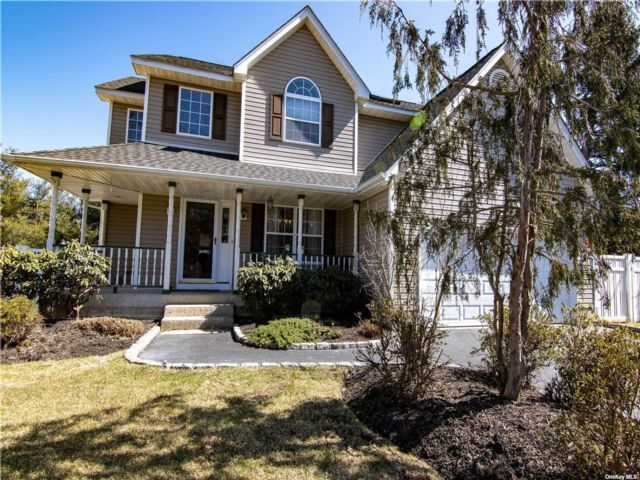 4 BR,  4.00 BTH Colonial style home in Commack