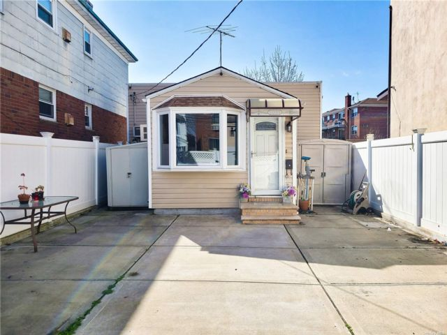 2 BR,  1.00 BTH Ranch style home in Middle Village