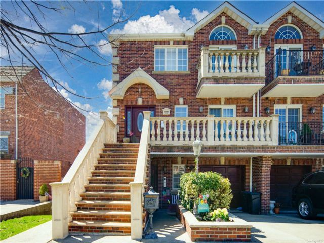 7 BR,  5.00 BTH Trilevel style home in Middle Village