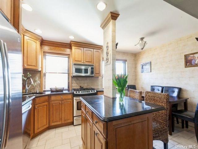 3 BR,  1.00 BTH Garden apartmen style home in Whitestone