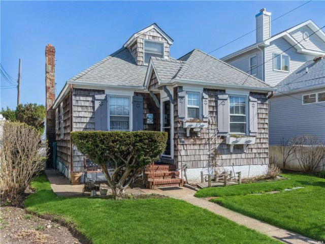 4 BR,  2.00 BTH  Nantucket style home in Long Beach
