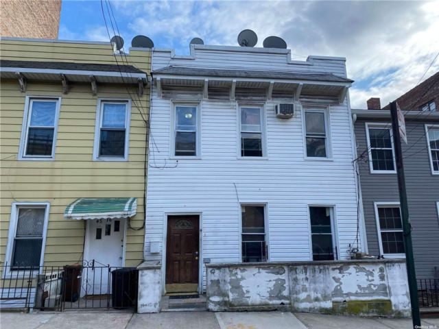 6 BR,  5.00 BTH 2 story style home in Woodside