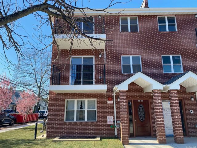 3 BR,  2.00 BTH Apt in house style home in Oakland Gardens