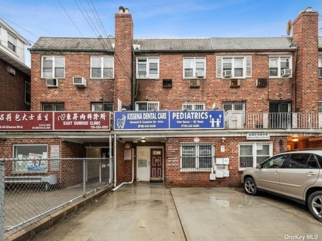 6 BR,  5.00 BTH Store+dwell style home in Flushing