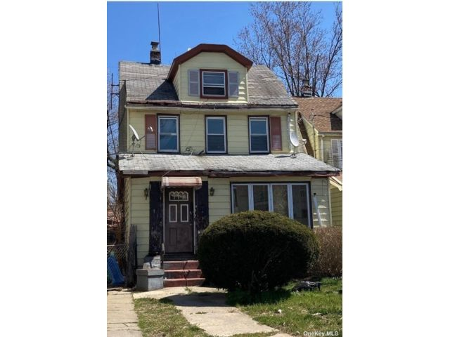 7 BR,  3.00 BTH Colonial style home in Queens Village