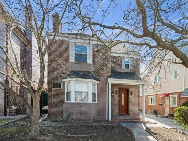 3 BR,  5.00 BTH Colonial style home in Forest Hills