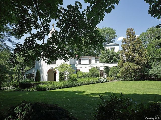 5 BR,  5.00 BTH Other style home in Old Westbury