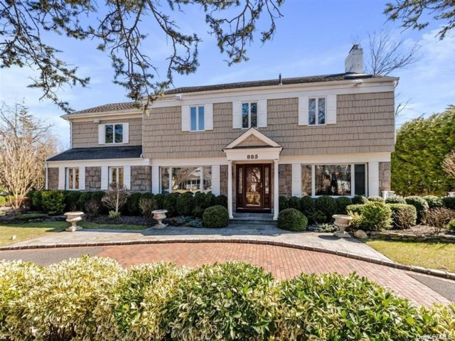 5 BR,  8.00 BTH Colonial style home in Woodsburgh