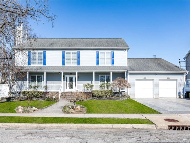 4 BR,  6.00 BTH  Colonial style home in North Bellmore