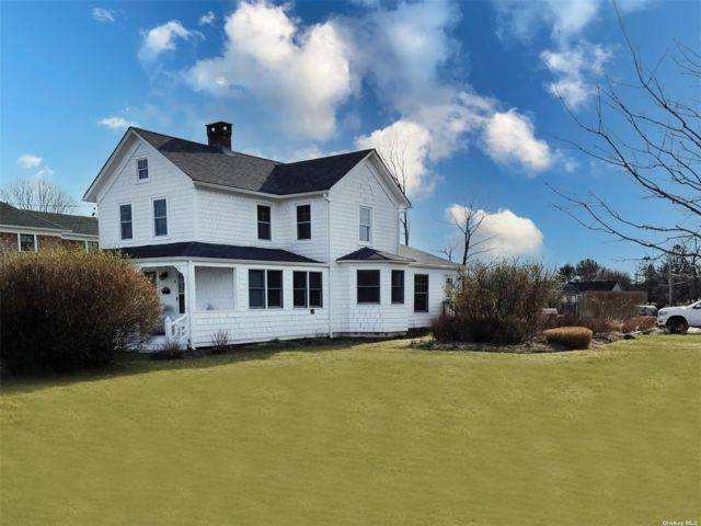 4 BR,  2.00 BTH Colonial style home in Eastport