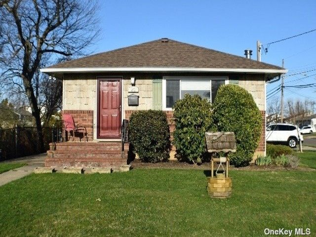 3 BR,  1.00 BTH Ranch style home in Farmingdale