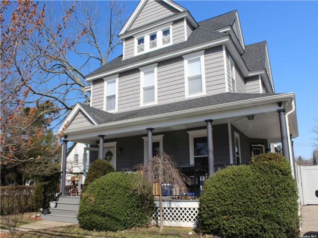 7 BR,  3.00 BTH  Colonial style home in Farmingdale